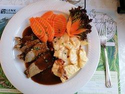 Schweizer Küche mit Rindsbraten, Gratin und Gemüse