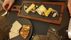 Fine cheeses (I think cantal, fourme d'ambert and comté) didn't get explanation and were served too cold.