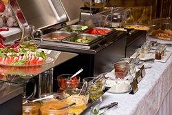 Завтрак (шведский стол). Ежедневно с 7:00-10:30.