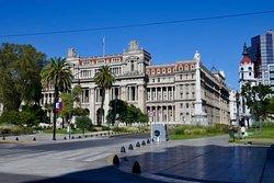 広場に面して建つ最高裁判所の建物。