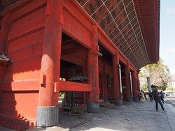 芝増上寺のシンボル、朱塗りの三門は重要文化財に指定されている400年ほど前に建造されたもの