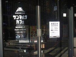 午前7時オープン前から入店待ち行列☕