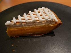 クラシックレモンパイ。ハーブティについてくる蜂蜜を少し添えるとまた格別
