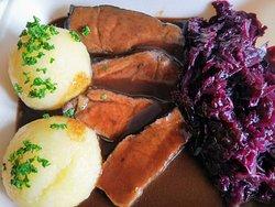 Bayerisches Böfflamott mit Kartoffelknödeln und Blaukraut
