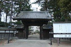 神社の手前にある仙岳院と言う天台宗の寺院
