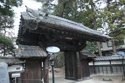 神社の手前にある仙岳院。山門が素敵です。