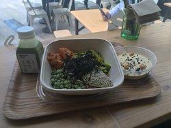 matcha mylk, hummus e piatto con avocado, piselli, patata dolce, alghe, ed altre delizie