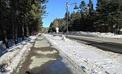 Un large trottoir sécuritaire longe le Chemin Tour-du-Lac jusqu'au Parc de la Gentiane