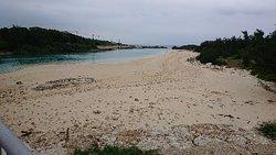 伊良部島から下地島空港を望む海岸