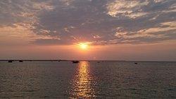 独特の雰囲気を醸し出す浜辺に沈む夕日は必見