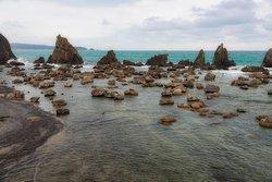 橋杭岩:手前の浅瀬と奥の海で色が異なります。かなり深さが違うのでしょう。
