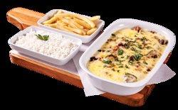 Mignon ao Molho de Queijo. A maciez do filé mignon coberto por um delicioso molho de queijo e bacon. Acompanha batata frita e arroz branco.