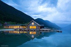 See-Spa und Hotelstrand in der Abenddämmerung