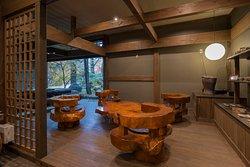 趣のある造りと竹あかりが優しく照らすロビーは、落ち着きのある雰囲気を演出いたします。