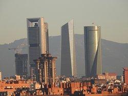 Cuatro Torres con Torres Blancas en primer plano (Madrid)