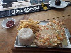 Pechuga a la Tumaqueña (Salsa a base de leche de coco,  hogao  y vegetales en cubitos) acompañada de arroz y papita a la francesa