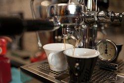 Kávéinkat kézi készítésű kávégéppel készítjük vendégeinknek.