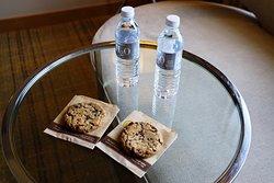 Habitación agua gratis y galletas.