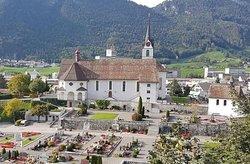 Pfarrkirche St.Leonhard à Brunnen (vue extérieure avec cimetière)