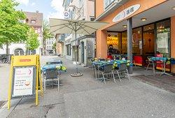 Lotus Take Away Restaurant Aussensitzplatz  When the sun is shining you can eat outside.