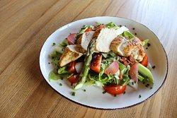 Jarní salát s kuřecím masem a chřestem