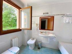 Baño habitación doble con balcón