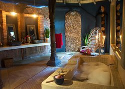 The Amber Moon bathroom