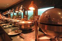 อาหารปรุงสุกพร้อมเสริฟ จะอยู่ภายใน ภาชนะ สแตนเลส ที่ได้รับการ อุ่น ร้อน อยู่ตลอดเวลา ครับ