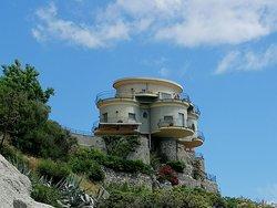 Hermosa casa en la roca/ Beautiful house on the rock/ Splendida casa sulla roccia/