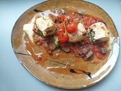 Ballottine de poulet farcie aux épinards frais et amandes Ratatouille maison