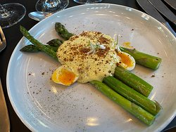 Green asparagus from Hesnes in Grimstad, served with hollandaise, quail egg, caviar and rye chips.