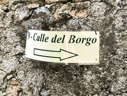 """Una piccola viuzza nella Villa : """" CALLE del BORGO """" !"""