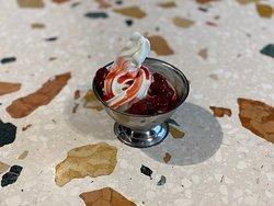 Petite douceur : Glace à l'italienne yaourt grec et fraises pochées