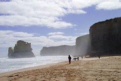 グレートオーシャンロードはメルボルンの中心部から車で90分のところにあり、 荒々しく風の強い南極海に沿って延びる壮観な世界的レベルのサーフスポットのベルズ・ビーチや、石灰岩の岩層群の12使徒があります。 奇岩群と帆船のような建築物を巡るオーストラリア個人旅行(Australia travel blog) http://www.naka5630.com/archives/18831325.html