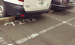 お店の駐車位置にはアスファルトに「てんてん」と書かれています。