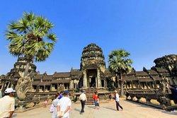 アンコール・ワットは、カンボジア北西部に位置するユネスコの世界遺産(文化遺産)で, アンコール遺跡の一つでもあります。アンコール遺跡の観光にはチケットが必要で、入り口で一人一人写真を撮られ、写真入りのチケットが手渡されます。 成長著しいベトナム&カンボジアの旅 (Vietnam travel blog) http://www.naka5630.com/archives/18832578.html