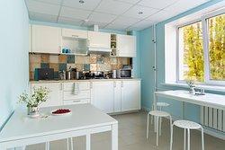 Общая кухня для гостей располагается на этаже. Оснащена всем необходимым: плита, посуда, микроволноая печь.