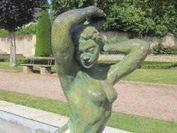 Musée Saint Vic à Saint Amand Montrond. Photo 9. Torse et Visage de La Sculpture, dans Le Jardin. Suite Covid 19 Liberté Retrouvée de Pouvoir Visiter Les Musées Quel Plaisir ! Tant Attendu. JUIN 2020.