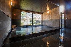 外の景色を楽しみながらゆったりと浸かれる石の大浴場です。この他、各お部屋に備え付けられた、プライベート空間を楽しめる露天風呂や独特の雰囲気がある洞窟風呂もあり、お客様の気分に応じてお好きなお風呂をご堪能いただくことができます。