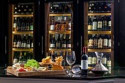 In unserem  Chambrair mit drei unterschiedlichen Temperatur-Zonen präsentieren wir Ihnen ausgesuchte Flaschen aus unserem Weinkeller. Unsere Restaurantmitarbeiter beraten Sie gern und empfehlen Ihnen korrespondierende Weine zu Ihren Speisen.