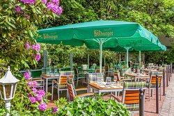 Unsere Terrasse Courtyard Garden bietet bei schönem Wetter gemütliche Sitzmöglichkeiten im Freien und Grünen. Im Sommer stellen wir Teile der Terrasse gern für abendliche Barbecues zur Verfügung. Fragen Sie nach unseren Barbecue Angeboten.