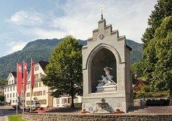 Sculpture à la mémoire de Winkelried située sur la Grande Place de Stans