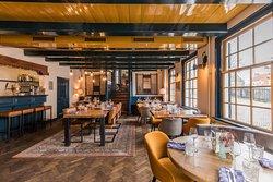 Op deze foto ziet u onze mooie restaurantruimte met authentieke tap!