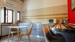 Appartamento DeLuxe di 4 posti +1 letto, particolare della ling room e cucina con affaccio su balcone e terrazza interna