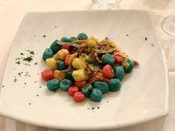 Gnocchetti arcobaleno con julienne di Culatello e verdurine croccanti