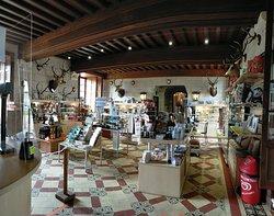 l'Accueil-boutique du château, où vous trouverez un grand choix de produits locaux.