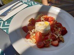 Burratina con tomate y fresa