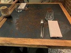 El Beso - Mise en place semplice e pulita dove sono messi in risalto i bellissimi tavoli in legno e metallo con texture industrial arrugginita.