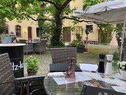 Das hochwertige Essen und das romantische Ambiente sind ein Traum. Die Bedienung sehr freundlich und aufmerksam.