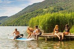 Pontile al Lago di Levico, sulla spiaggia del Camping Due Laghi